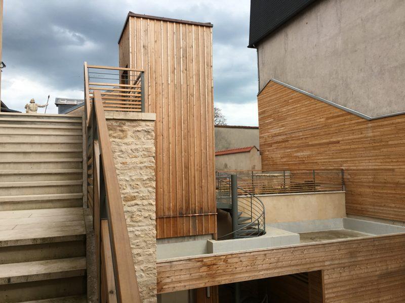 Agence Caillault ACMH – Porte St Georges, Nancy – Matériaux et habillages des aménagements dominante bois-métal. Nouveaux locaux avec un bardage bois inspiré