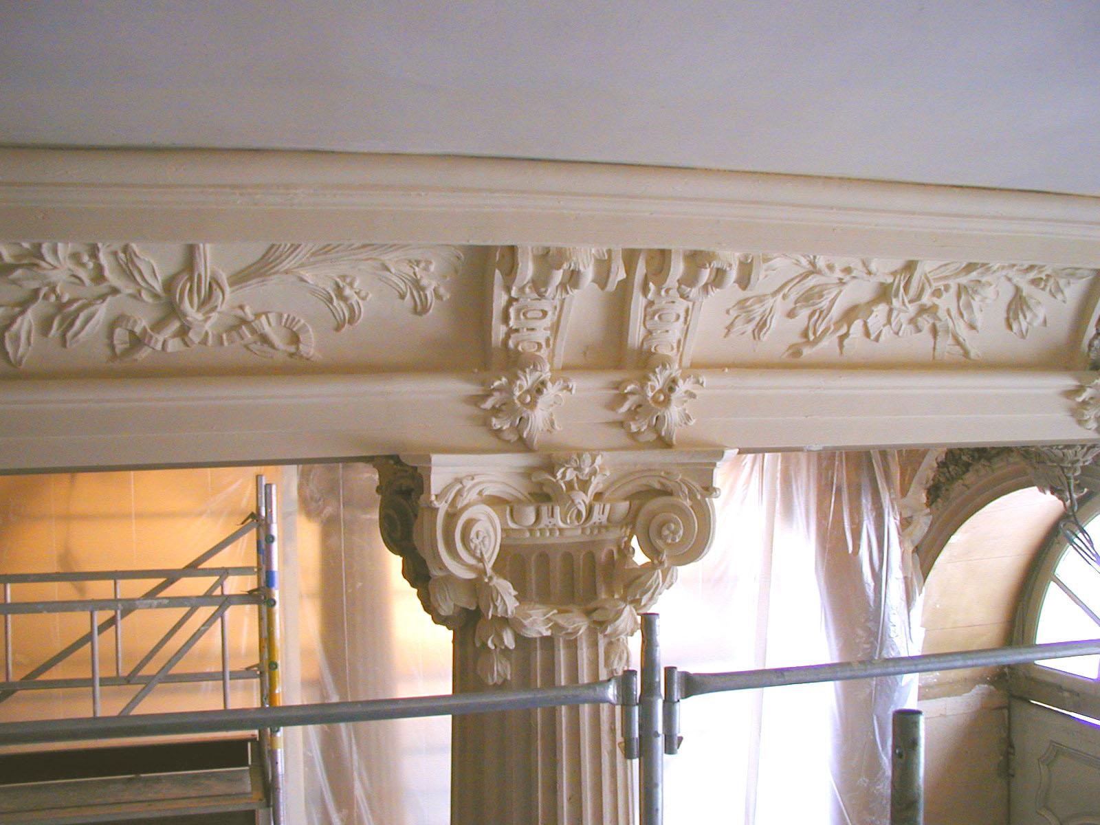 Agence Caillault ACMH – Hôtel de Ville – Nancy –  Corniche et chapiteau du peristyle en cours de restauration