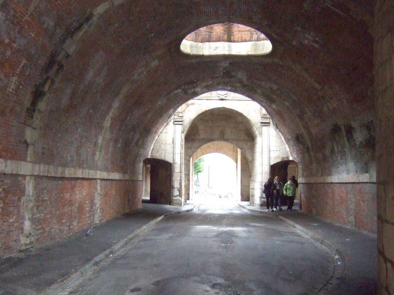 Agence Caillault ACMH – Porte de la Craffe – Nancy – Vue de la porte intérieure avant restauration