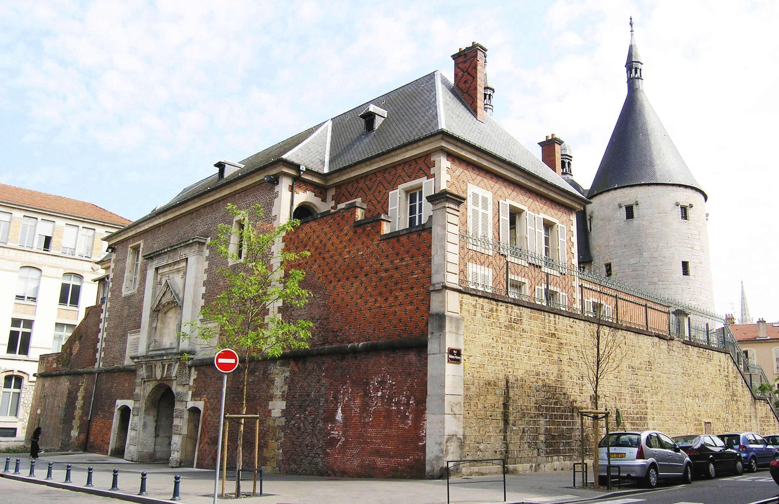 Agence Caillault ACMH – Porte de la Craffe – Nancy – Vue du pavillon et de l'entrée avant restauration