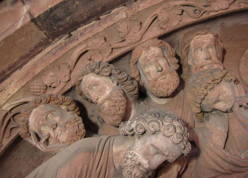 Agence Caillault ACMH – Transept sud de la Cathédrale – Strasbourg – Detail du tympan ouest de la façade sud avec traces de polychromie avant restauration