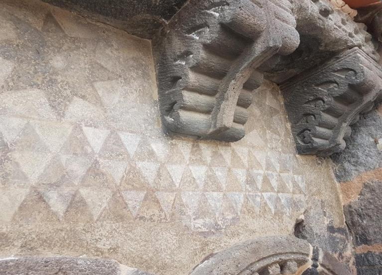 Agence Caillault ACMH – ISSOIRE – Abbatiale Saint-Austremoine – Décor de la frise géométrique sous la corniche de la nef