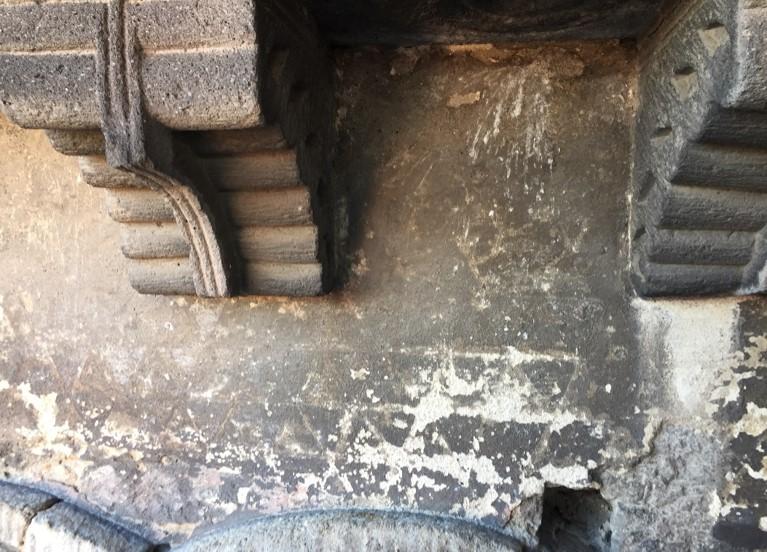 Agence Caillault ACMH – ISSOIRE – Abbatiale Saint-Austremoine – Décor de la frise géométrique sous la corniche de la nef avant restauration