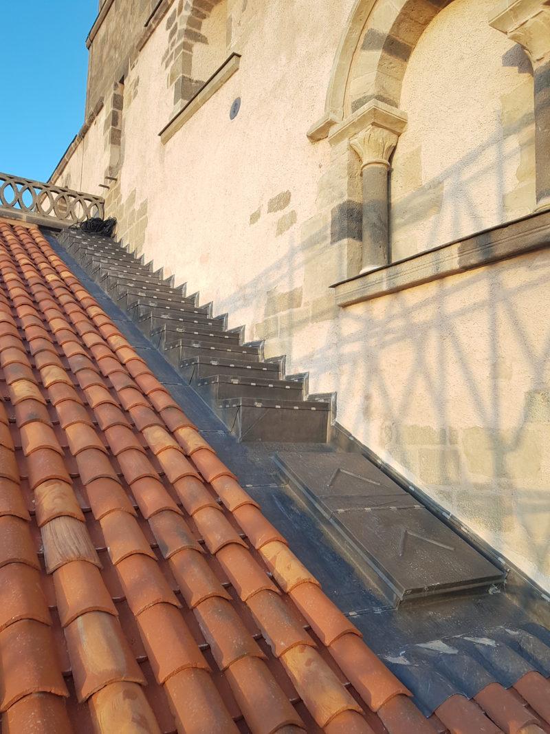 Agence Caillault ACMH – ISSOIRE – Abbatiale Saint-Austremoine – La nouvelle couverture en tuiles