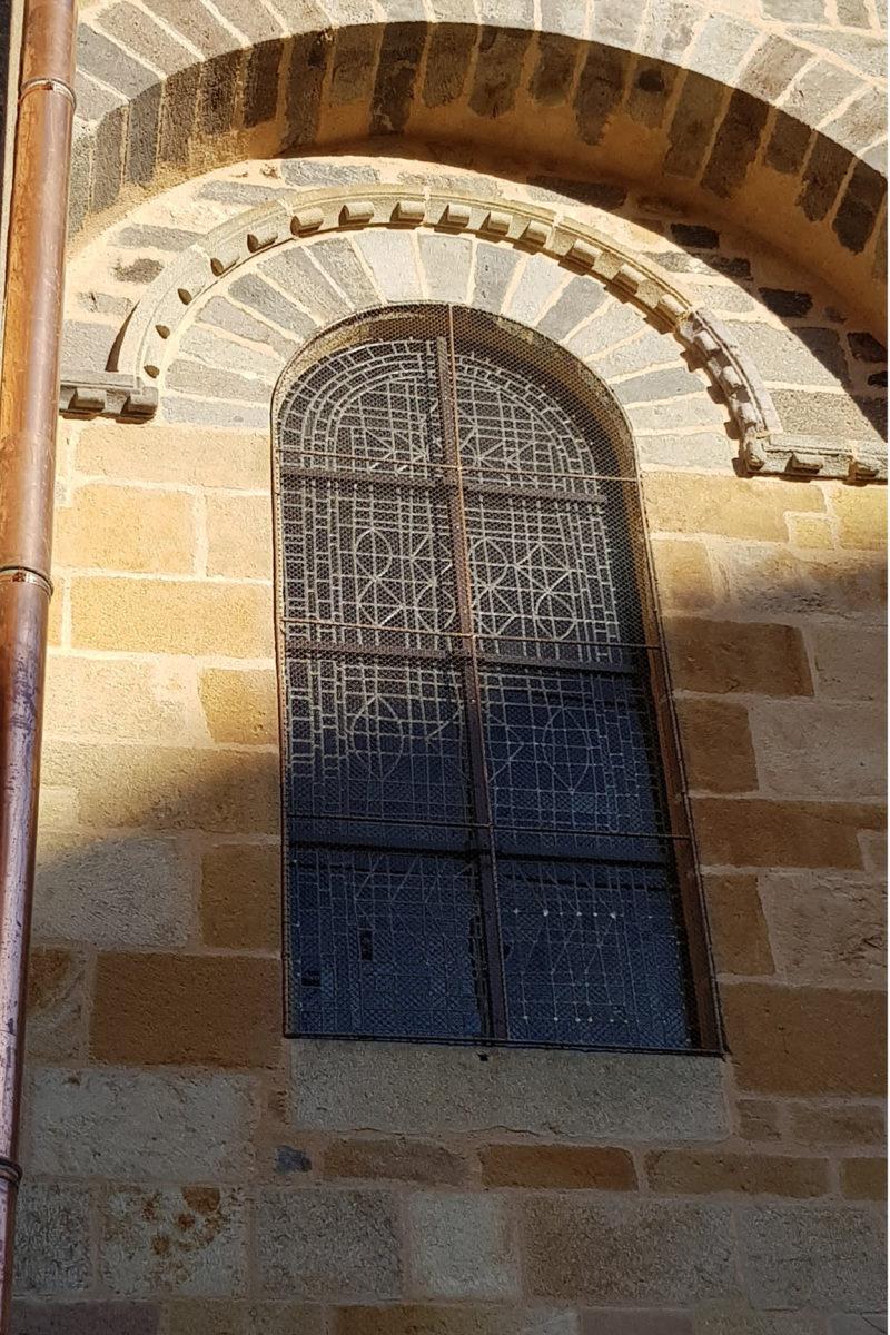 Agence Caillault ACMH – ISSOIRE – Abbatiale Saint-Austremoine – Vitrail de la nef après restauration