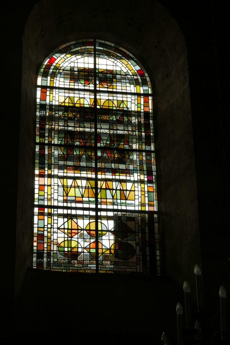 Agence Caillault ACMH – ISSOIRE – Abbatiale Saint-Austremoine – Vitrail de la nef après restauration (2)