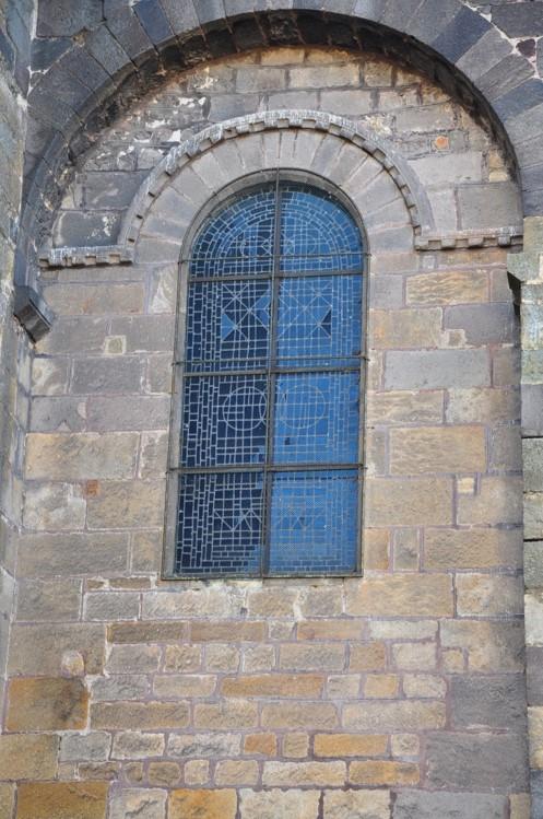 Agence Caillault ACMH – ISSOIRE – Abbatiale Saint-Austremoine – Vitrail de la nef avant restauration