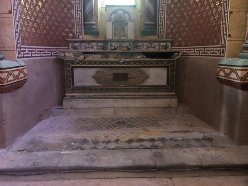 Agence Caillault ACMH – ISSOIRE – Abbatiale Saint-Austremoine – Autel chapelle sud avant restauration